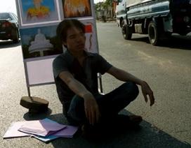 Hà Nội: Nam thanh niên ngồi trên quốc lộ giữa trời nắng