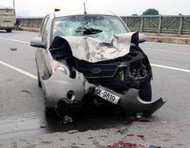 Hà Nội: Xe máy đấu đầu ô tô trên cầu, 3 người nguy kịch