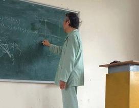 Xúc động với thầy giáo ĐH Bách khoa HN mặc áo bệnh nhân đứng lớp