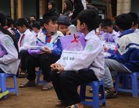 """""""Những trái tim tình nguyện"""" tặng quà học sinh nghèo vùng cao"""
