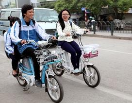 Học sinh bắt buộc phải đội mũ bảo hiểm khi đi xe đạp điện