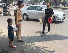 CSGT Hà Nội tìm người thân cho cháu bé bị lạc mẹ