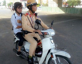 Nữ sinh hỏng xe giữa đường được CSGT đưa đi kịp giờ thi