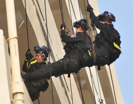 Nữ cảnh sát đặc nhiệm diễn tập chống khủng bố