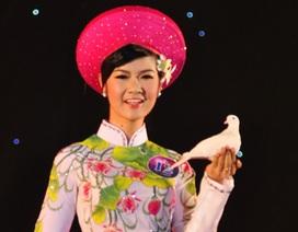 Nữ sinh Sư phạm duyên dáng diễn áo dài cùng chim bồ câu