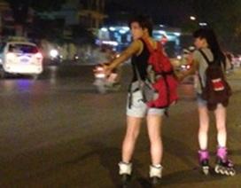 """Patin đường phố: """"Uy hiếp"""" giao thông, """"đánh đu"""" tính mạng!"""