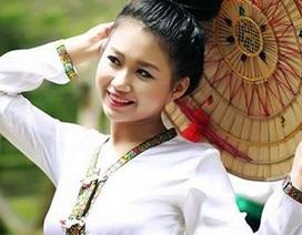 Nữ sinh khoe sắc trong trang phục dân tộc Thái