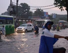 TPHCM: Nhiều tuyến đường lại ngập nặng sau mưa lớn