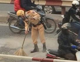 Dân mạng ngưỡng mộ chiến sĩ CSGT cặm cụi dọn đường