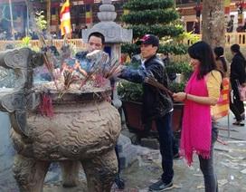 Giới trẻ nô nức lên chùa cầu may đầu năm