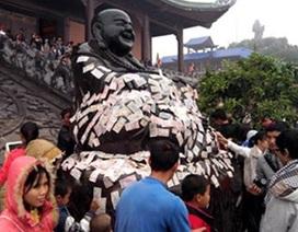 Chỉ ở Việt Nam mới có kiểu nhét tiền vào tay tượng Phật!