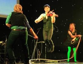 Thú vị những nghệ sĩ Úc vừa chơi đàn vừa nhảy dây