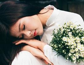 Ngắm thiếu nữ Hà thành e ấp bên hoa