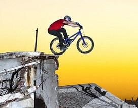 """Ngoạn mục hình ảnh chàng trai diễn xe đạp tại """"thị trấn ma"""""""