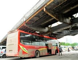 """Hà Nội: Xe du lịch """"chết đứng"""" ở gầm cầu Long Biên, 32 hành khách hoảng sợ"""