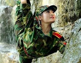 Nữ sinh trổ tài múa dẻo đáng yêu với trang phục quân sự