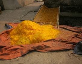 Rùng mình trước công thức tạo màu miến bằng hóa chất độc hại ở Cự Đà