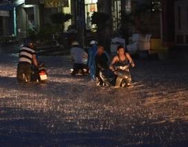 Mưa lớn kết hợp triều cường gây ngập khắp Sài Gòn