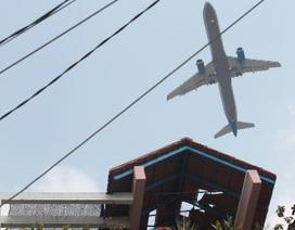 Thêm một nhà dân tốc mái khi máy bay bay qua