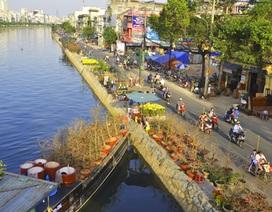 Thuyền hoa kiểng cập bến Sài Gòn