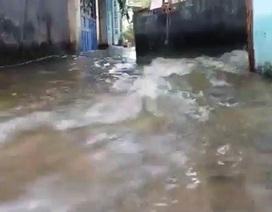 Nước ồ ạt tràn vào nhà, người Sài Gòn trở tay không kịp