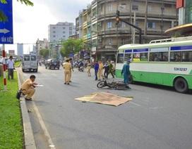 Đi bộ qua đường, một phụ nữ bị ô tô cán chết