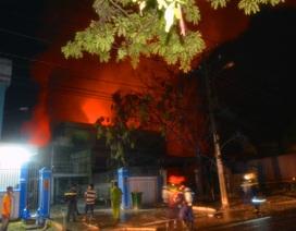 Suốt đêm dập lửa tại công ty hóa chất, 15 lính cứu hỏa bị thương