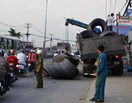 Hàng chục cuộn thép rơi xuống đường, nhiều người tháo chạy