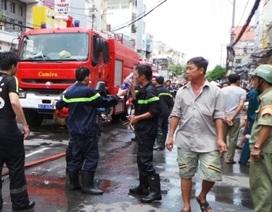 Cháy nhà 2 tầng, một người bị bỏng