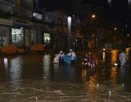 """Đường phố Sài Gòn chìm trong """"biển nước"""", giao thông tê liệt"""