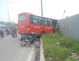 Xe khách tông sập rào chắn công trình nhà ga metro
