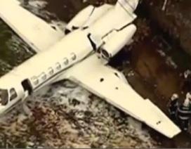Brazil: Dựng tóc gáy cảnh máy bay hạ cánh trên bờ tường