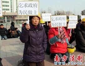 Hàng nghìn công nhân quỳ xin trả nợ lương