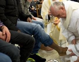 Giáo hoàng tự tay rửa chân cho tù nhân