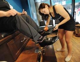 Dịch vụ chân dài gợi cảm đánh giày hút khách