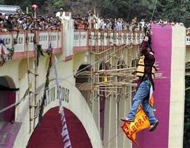 Kỷ lục gia Ấn Độ chết khi đang đu dây vượt sông bằng tóc