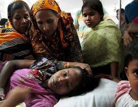 Nạn nhân vụ sập nhà tại Bangladesh uống nước tiểu cầm cự