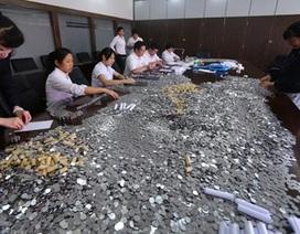 """Nhà hàng Trung Quốc bồi thường cho khách bằng """"núi"""" tiền xu"""