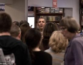Obama khiến dân Mỹ ngỡ ngàng khi bất ngờ xuất hiện tại hiệu sách