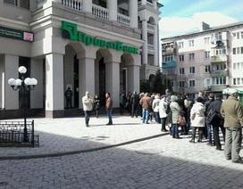 Lo sợ bất ổn, dân Crimea đổ xô tới ngân hàng rút tiền