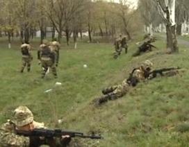 Lính dù Ukraine đột kích, phá chốt chặn của người biểu tình