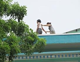 Bé gái chênh vênh trên tầng thượng trường mầm non
