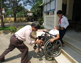 Thương cậu bé đến trường trên xe lăn của mẹ