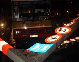 Đình chỉ công tác tài xế xe buýt đâm đổ biển báo giao thông