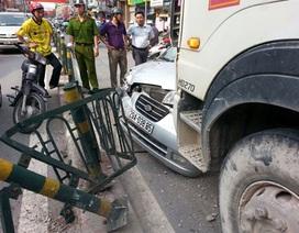 Hà Nội: Tránh xe máy, taxi bị xe trộn bê tông đâm bẹp