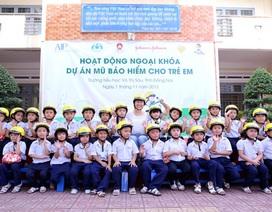 Qũy AIP tặng mũ bảo hiểm cho học sinh Việt Nam