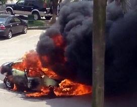 Hai ô tô cháy dữ dội tại sân bay Nội Bài, lái xe thoát chết trong gang tấc