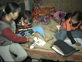 Người mẹ bệnh tật một nách nuôi 3 con nhỏ trong căn nhà dột nát
