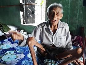 Thắt lòng nhìn cụ ông 90 tuổi lết dưới nền nhà chăm vợ bị tai biến