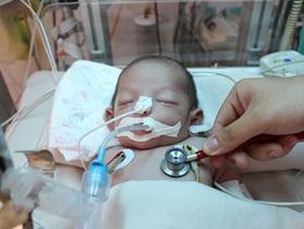 """Hãy cứu bé trai kháu khỉnh vừa chào đời đã phải nhập viện do """"dính"""" nhiễm trùng uốn ván"""